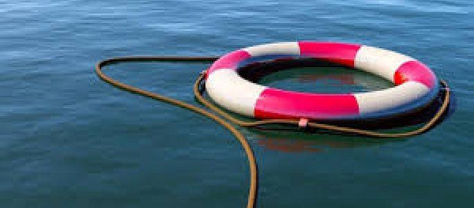 В Нарве трое нетрезвых молодых людей перевернулись в лодке