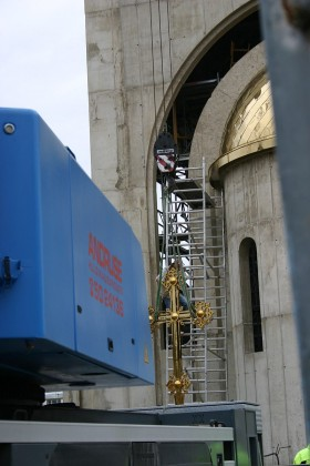 Видео: Над строящимся храмом водрузили крест