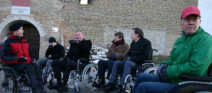 +Видео. Нарвские руководители проехали по городу на инвалидных колясках