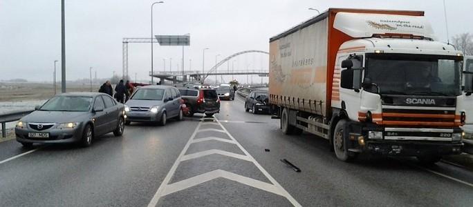 В Ида-Вирумаа девять автомобилей попали в цепную аварию