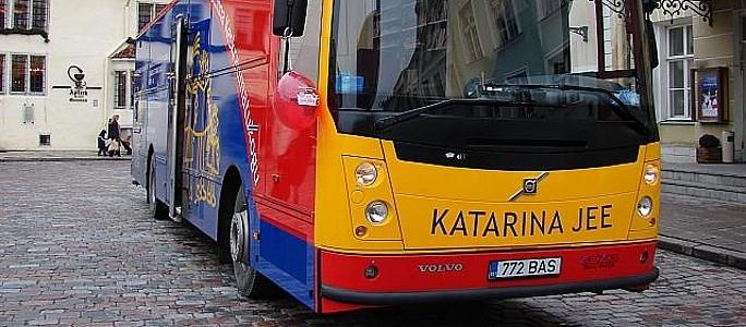 Библиотечный автобус KATARINA JEE приезжает на парад.