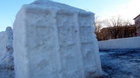 Фотофакт: Снежный городок в Нарве потихоньку тает