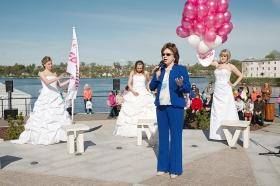 """Видео+Галерея: """"Сбежавшие невесты"""" открывают сезон на нарвском променаде"""
