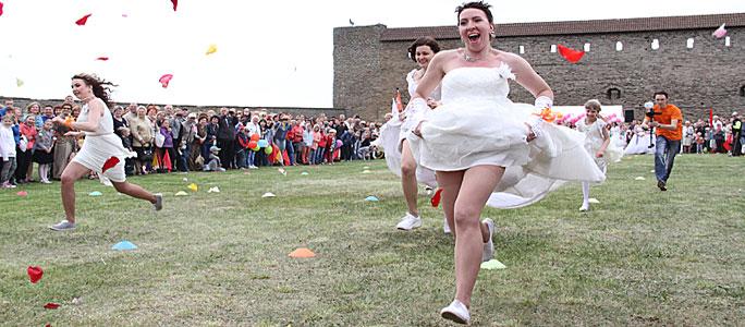 """Видео. """"Сбежавшие невесты"""" в Нарве"""