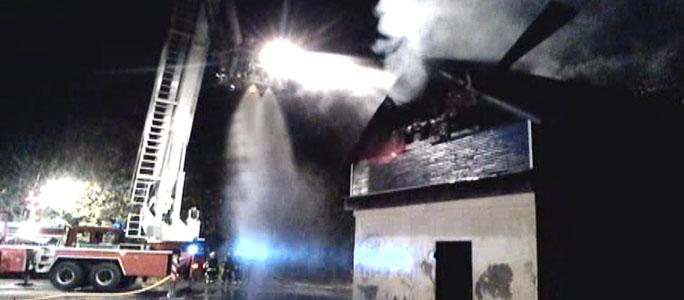 Видео. В Нарве полностью выгорело пустующее здание