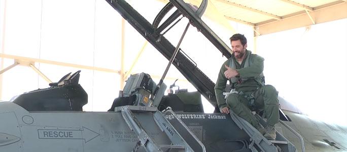 Видео. Хью Джекман полетал на истребителе F-16
