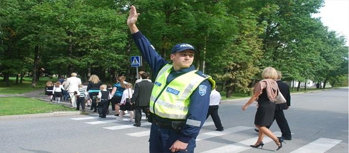 Полицейские  обеспечивают безопасность детей по дороге в школу