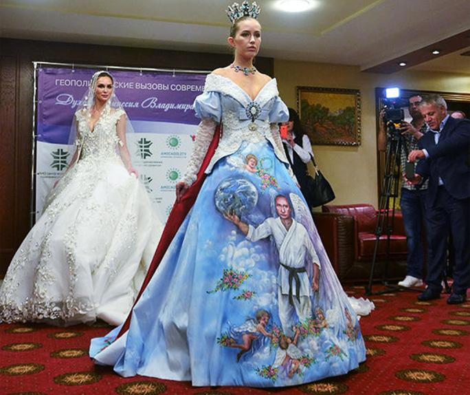 Путина изобразили на платье в кимоно и с  ангельскими крыльями