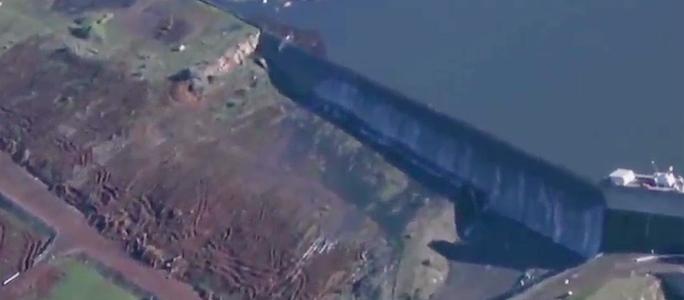 Идет прямая трансляция разрушения плотины в Калифорнии