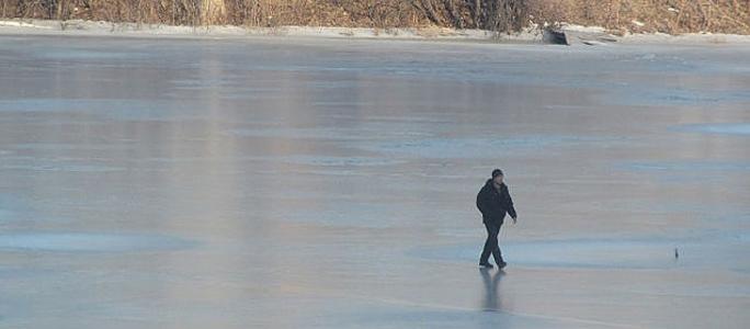 Внимание! Выходить на лед Нарвского водохранилища опасно