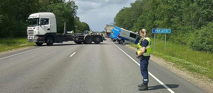 a871ef66 У границы Силламяэ полицейский автомобиль оказался в кювете