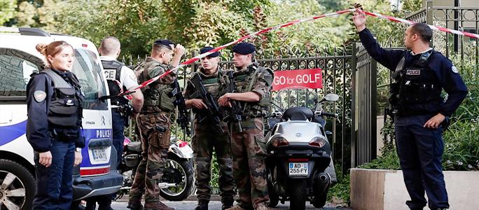 В пригороде Парижа автомобиль врезался в группу военных