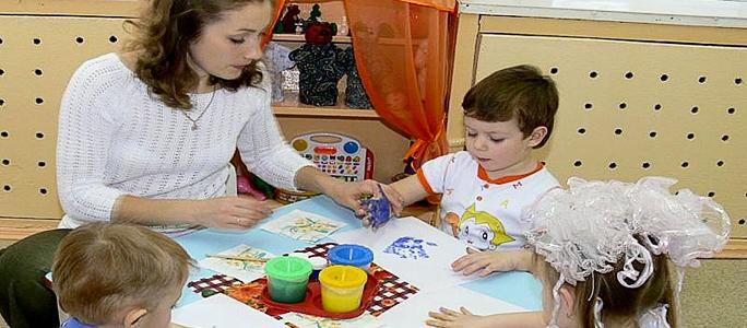 Зарплаты в детсадах поднимут и уравняют