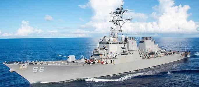Американский ракетный эсминец столкнулся с торговым судном: пропали 10 моряков