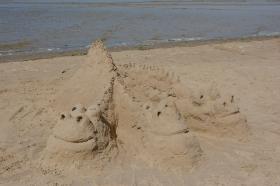 +Галерея. Три песочных поросенка оказались очень похожи на отдыхающих на пляже