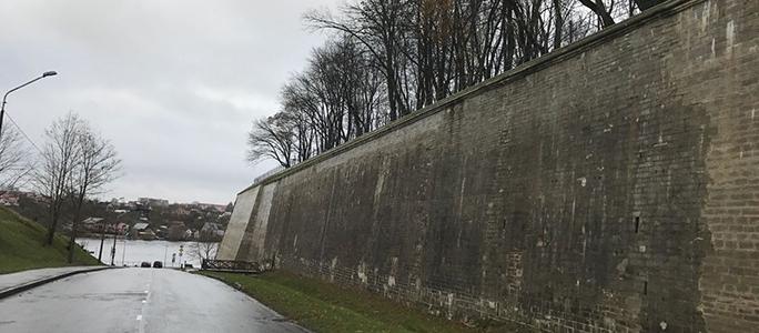 Стена бастиона Виктория  подозрительно потемнела