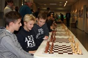 +Галерея. Гроссмейстер А. Широв  открыл международный турнир сеансом одновременной игры