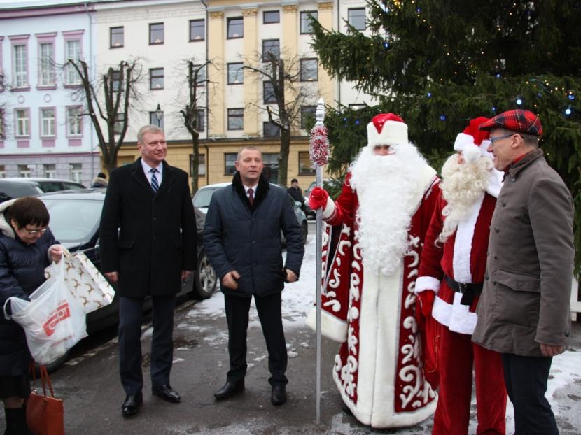 +Галерея. Нарвский Санта-Клаус и ивангородский Дед Мороз в этом году выбрали для своей миссии район Кренгольма