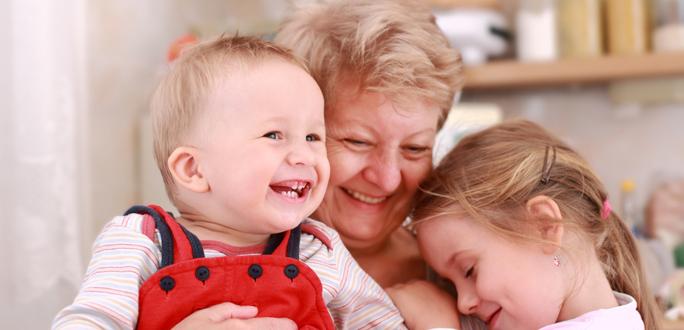 """""""Ну же, поцелуй бабушку!"""". Почему нельзя заставлять детей целовать родственников"""
