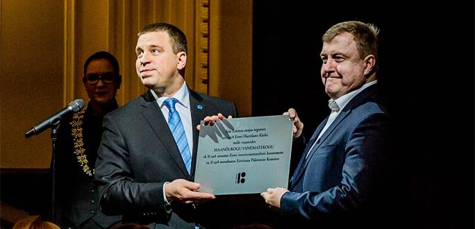 Ратас передал Национальной опере мемориальную доску в честь столетия Манифеста о независимости