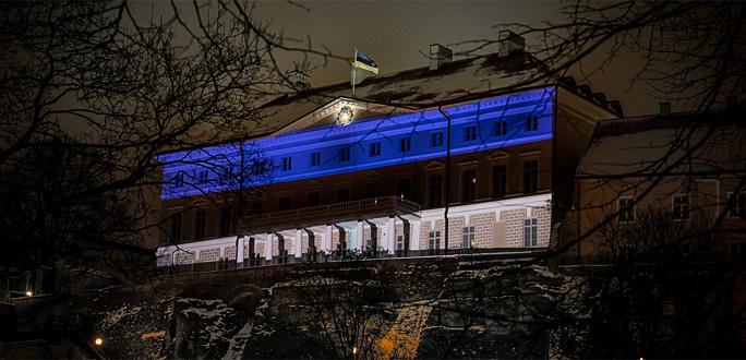 Дом Стенбока окрасился в сине-черно-белый цвета