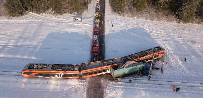 Поезд врезался в грузовик: два вагона сошли с рельсов, пострадали 9 человек