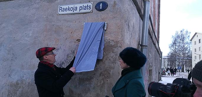 Керсти Кальюлайд и мэр города Тармо Таммисте открыли памятную табличку