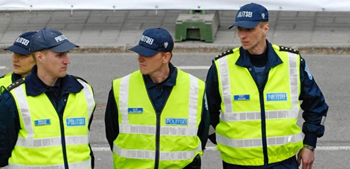 На торжественном построении полицейским в Нарве вручили грамоты и знаки отличия