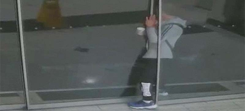 Неуклюжий австралиец пришел на ограбление и застрял в двери