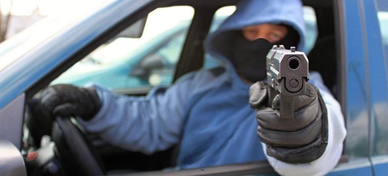 В Нарве на парковке мужчина открыл стрельбу по подросткам
