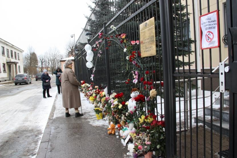 К Генконсульству РФ в Нарве люди несут цветы, игрушки и зажигают свечи