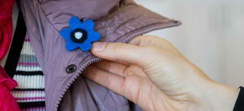 Кальюлайд призывает покупать нагрудные знаки с синими цветами