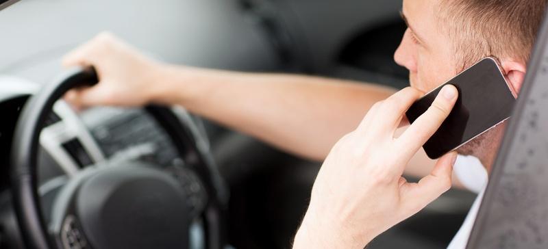 Полиция в Нарве выявляла водителей, разговаривающих по телефону за рулем