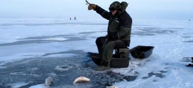 Рыбаки вопреки запрету продолжают выходить на лед