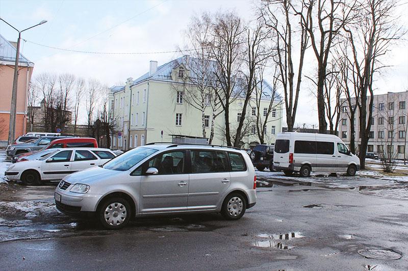 Для борьбы с «несунами» время бесплатной парковки во дворах за управой ограничат