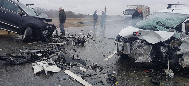 В тяжелой аварии в окрестностях Нарвы пострадали водители двух автомобилей