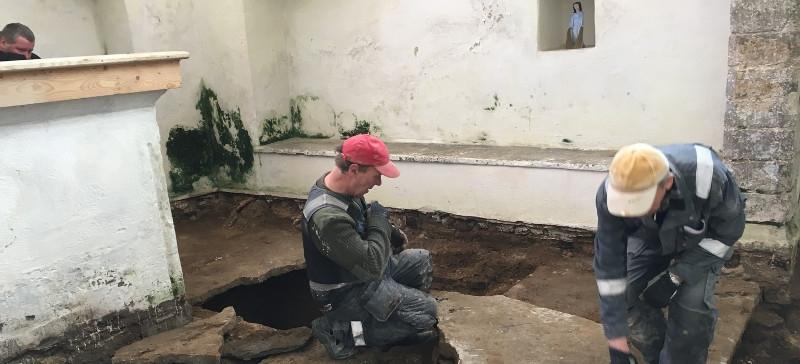 Под полом церкви в Люганузе обнаружили редкие гробницы ХVIII века