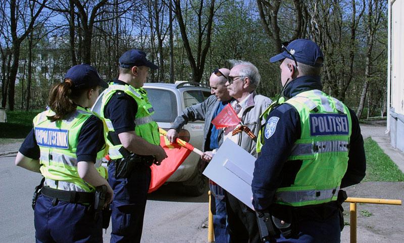 Красный флаг с серпом и молотом не понравился полиции