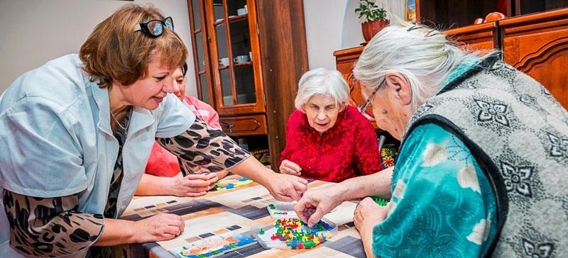 Забота о беспомощных стариках — в поле зрения Минсоцдел
