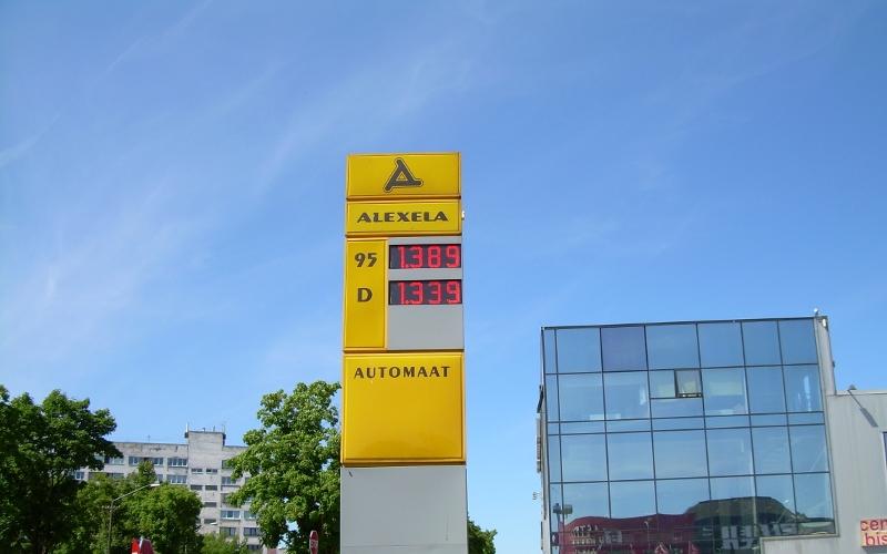Цена моторного топлива на заправках в Нарве сегодня