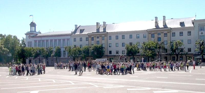 Видео. Нарвские школьники репетируют танец на Петровской площади