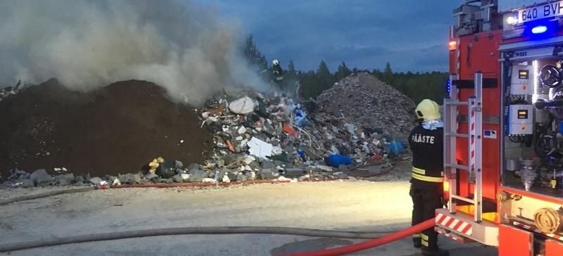 В Кохтла-Ярве произошел крупный пожар, горели строительные отходы