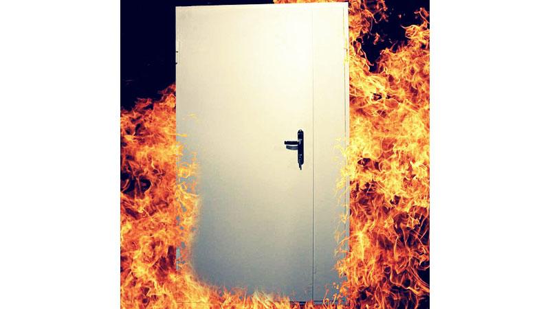 Спасатели предупреждают: квартирные двери должны сдерживать огонь хотя бы 30 минут