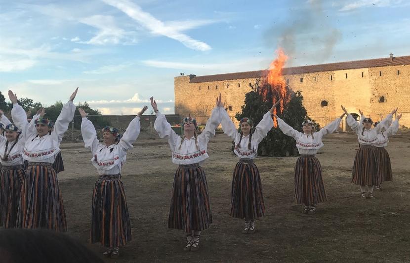 Галерея. В Нарвском замке зажжен костер Яновой ночи