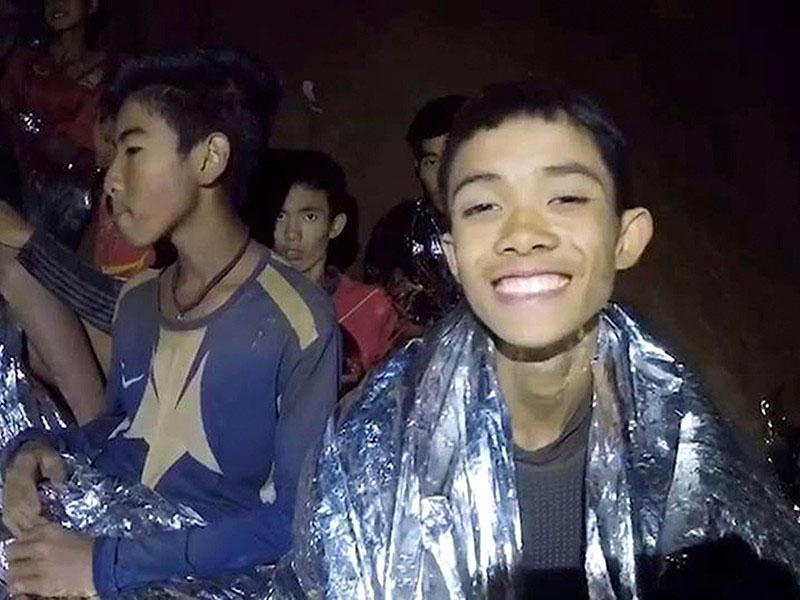 Спасатели вывели из пещеры в Таиланде уже четырех школьников
