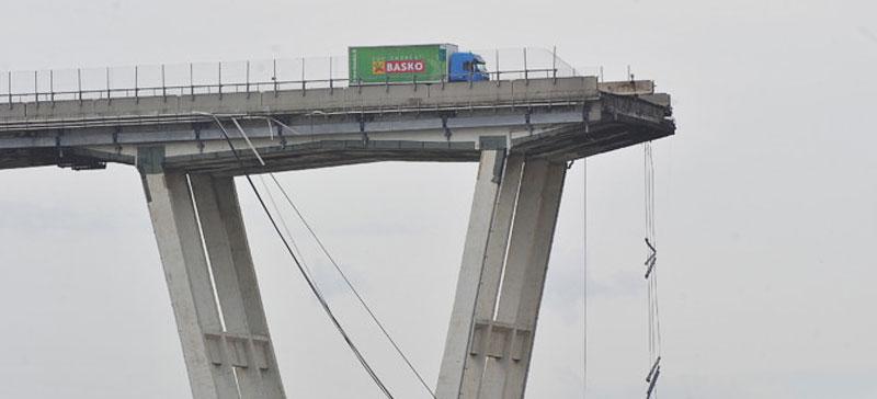 Власти Италии сообщили о гибели 38 человек при обрушении моста в Генуе