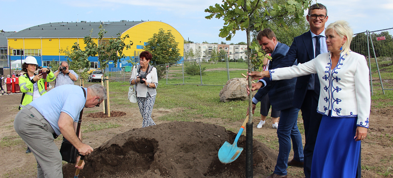+Галерея. Российский консул пожелал эстонскому дубу и российcкой березе дружно расти рядом долгие годы