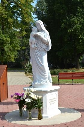 +Галерея. У Воскресенского собора в Нарве установлена скульптура Богоматери