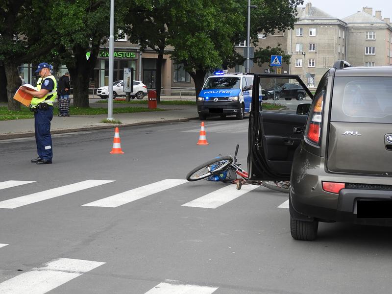 В Нарве в центре города автомобиль сбил пожилую велосипедистку