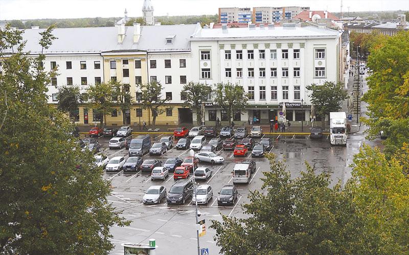 С понедельника парковка на Петровской площади стала платной